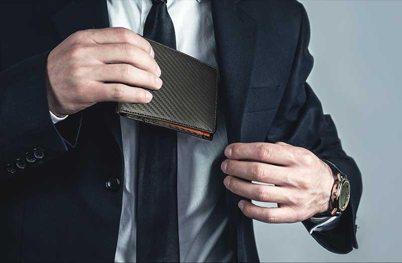 Manners maketh man. 二つ折り財布 ポケットに入れるイメージ画像